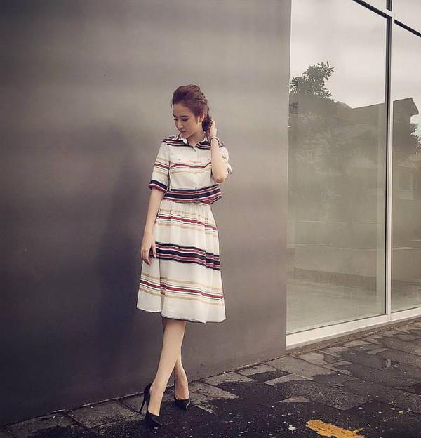 """Trong status chiều 15/9, Angela Phương Trinh cho biết mình đang mỉm cười sung sướng vì vừa chốt thêm được một dự án phim ảnh hay. Đồng thời, cô cũng nhắn nhủ: """"Sài Gòn mưa rất to, đường ngập, chiều nay Trinh rất vất vả mới về được đến nhà. Mọi người chú ý nhé""""."""