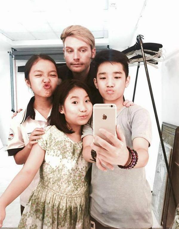 """Còn Kyo York, anh đăng tải hình ảnh bản thân cùng các thí sinh Uyên Nhi, Anh Duy, Bảo Nghi và cho biết 4 người vẫn tích cực tập luyện tiểu phẩm Trung thu để đi """"lưu diễn"""" dù ngoài trời đang mưa gió."""
