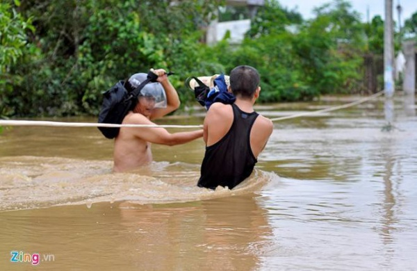 Người dân đu dây vượt nước lũ tại ấp Miễu, xã Phước Tân, TP Biên Hòa, Đồng Nai. Ảnh: Ngọc An.