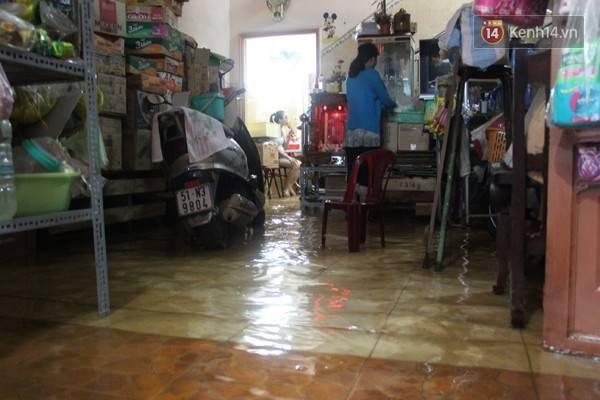 Hiện chị Thanh cũng như bao ngôi nhà khác, chấp nhận sống chung với nước, đợi khi nào đường hết ngập thì mới dọn dẹp sau.