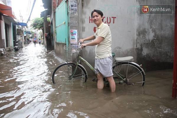 Anh Ngọc Ngô cho rằng tuyến đường này là lối đi tắt của ba trường học quanh đây nên học sinh đi lại rất vất vả.