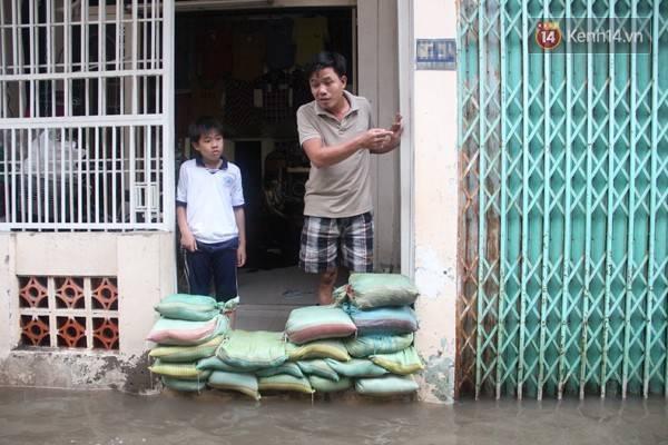 """Nước ngập khiến anh Đình Hòa có luôn kinh nghiệm trong việc... dự đoán lượng mưa, thời gian nước rút và độ cao của """"đê"""" ngăn nước."""