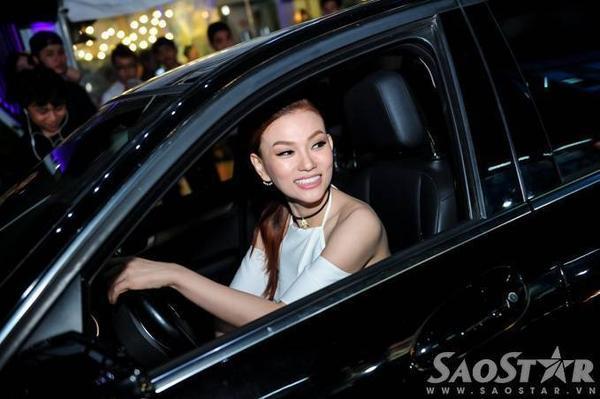 Tối 16/7, Thu Thủy gây chú ý khi tự cầm lái đến buổi ra mắt chương trình truyền hình Vietnam Top Hits tại TP HCM.