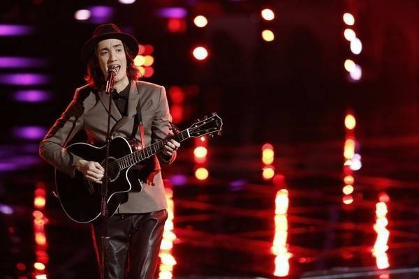 Chang-trai-mang-dong-mau-Viet-lot-Top-5-The-Voice-US-4