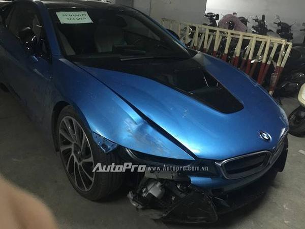 Phần đầu chiếc xe BMW i8 bị hư hại khá nặng.