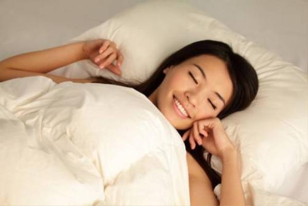 Không nên quá vui, quá buồn hoặc lo lắng tức giận, tinh thần thư thái sẽ giúp bạn ngủ sâu hơn.