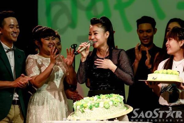 Thu Minh không quên gửi lời cảm ơn đến tất cả học trò, khán giả vì đã dành thời gian đến chúc mừng và nghe mình hát.