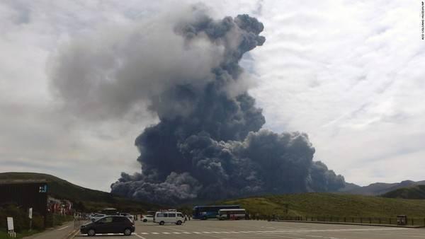 Cột khói khổng lồ bốc lên từ núi Aso ngày 14/09. Núi Aso là một trong những núi lửa lớn nhất tới nay còn hoạt động ở Nhật Bản, có độ cao 1592m và hoạt động lần cuối vào năm 2004.