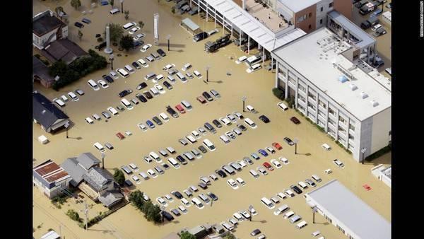Bãi đỗ xe của một trung tâm thương mại tỉnh Joso ngập trong biển nước sau khi cơn bão nhiệt đới Etau đổ bộ vào Nhật Bản. Mưa lớn liên tục đã dẫn tới lở đất, nước sông tràn khắp các vùng phía Đông và trung tâm Nhật Bản, làm chết 7 người, bị thương 15 người và phá hủy hàng chục nghìn nhà dân.