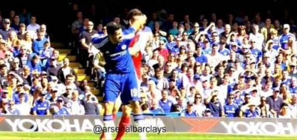 """Những pha phạm lỗi mà trọng tài Mike Dean đã """"nương tay"""" với Diego Costa"""