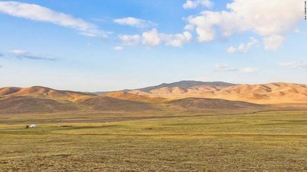 """Du khách có thể lái xe nhiều dặm mà không thấy một bóng người hay đáp máy bay từ tỉnh này sang tỉnh khác nhưng không gì có thể """"đánh bại"""" được sự hùng vĩ, bao la của cảnh quan ở Mông Cổ."""