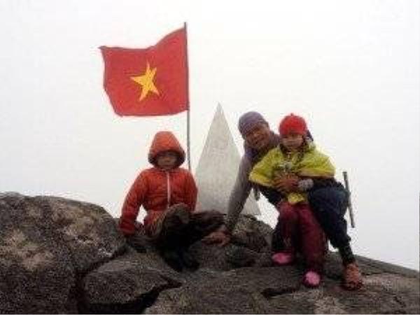 Bằng cách dạy con cương quyết, ba cha con anh Cường, bé Khánh 8 tuổi và bé Linh 5 tuổi đã chinh phục thành công đỉnh Fansipan lúc 3 giờ chiều ngày 9/7/2013 - (Ảnh: Vietnamnet)