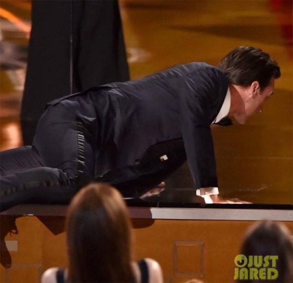 Tài tử chọn cách trèo lên sân khấu thay vì bước đi thông thường.