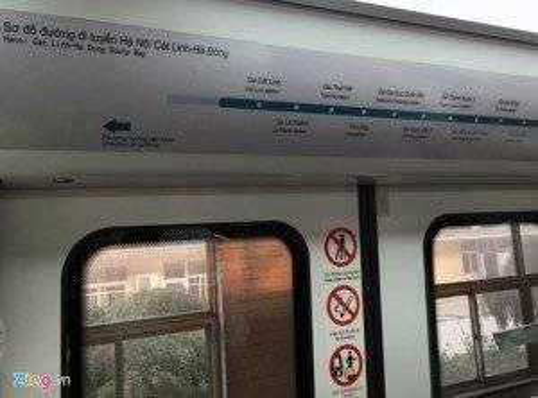 Bảng thông báo lịch trình các nhà ga, các chỉ dẫn trên cửa tự động.