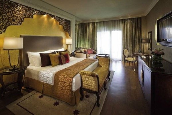 Phòng vua của Jumeirah Zabeel Saray được dát vàng, với nội thất lộng lẫy và nhiều thảm dệt tay tuyệt đẹp.