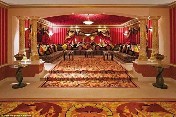 Becky ở phòng hoàng gia rộng 780 m2, với nội thất xứng với một vị vua. Khu phòng này có thư viện, phòng chiếu phim, hai phòng tắm lớn với bể tắm sục và vòi hoa sen 5 nhánh.