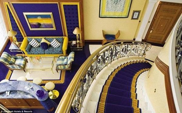 Khách sạn có 202 phòng, mỗi phòng trải rộng hai tầng, với thảm dày và nội thất sang trọng.