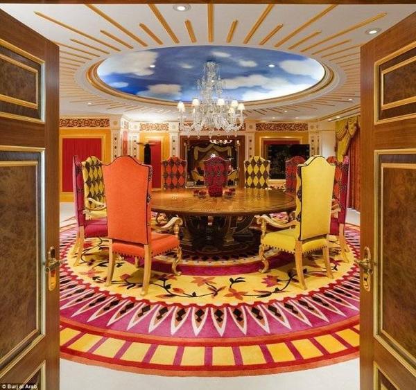 Một phòng họp thuộc khu phòng hoàng gia với trần nhà mô phỏng bầu trời.