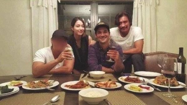 Mới đây, cặp đôi họ Lee chụp ảnh cùng nam diễn viên Garcia - bạn diễn của Lee Byung Hun trong bộ phim The Magnificent Seven, khi cùng ăn bữa tối ở Mỹ. Lee Min Jung sang Mỹ thăm chồng đang đóng phim tại đây. Trong khi đó, bà mẹ 1 con vẫn chưa nhận dự án phim ảnh mới.