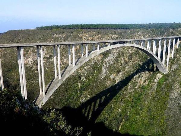 Quý khách sẽ phải bước qua cầu Bliykrans, nằm ở Western Cape, Nam Phi trước khi tham gia vào màn nhảy cầu (Bungy Jump) có dây an toàn ở độ cao gần 20.000 mét.