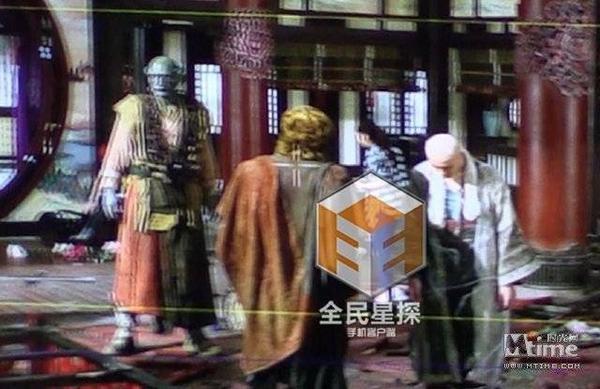 Bối cảnh có sự góp mặt của Kris và các nhân vật khác.