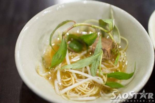Mì bò nấm, thịt bò hơi dai do thời gian hầm chưa đủ. Tuy nhiên nước dùng khá ngon do có vị ngọt của nấm.