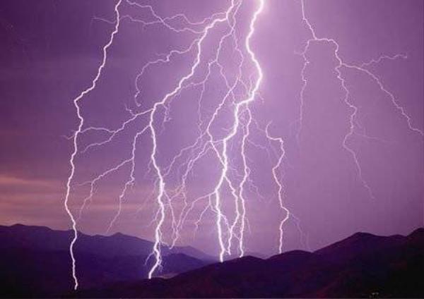 Các tia sét tạo thành hình ảnh kỳ vĩ trên trời, nhưng tiềm ẩn nguy cơ chết người. Ảnh: Corbis