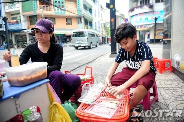 Mẹ Công Quốc tâm sự thêm, trước khi bán cố định tại địa điểm (góc Triệu Quang Phục - Ký Hòa, Quận 5, TP HCM) hiện nay, chị từng đi bán dạo ở nhiều khu chợ lớn nhỏ thuộc trung tâm thành phố.