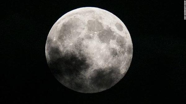 Siêu trăng xuất hiện vào hoàng hôn, Anh quốc vào năm 2014.