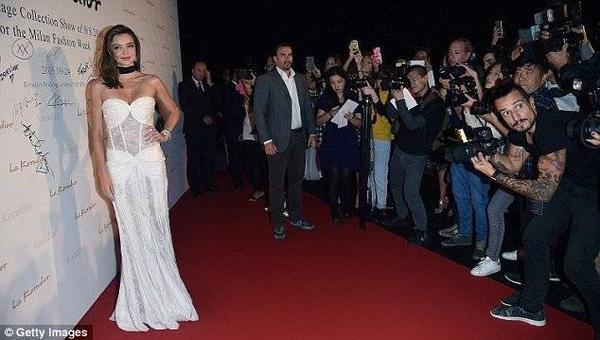 Trên thảm đỏ, siêu mẫu người Úc là tâm điểm được báo giới chú ý. Miranda đến dự với tư cách khách VIP của nhà mốt. Mùa tuần lễ thời trang mới này, chân dài không trình diễn.