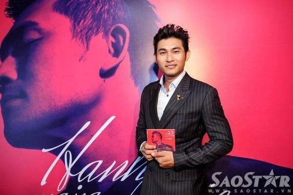 Chiều 24/9, Nguyễn Hồng Ân có buổi giới thiệu album mới mang tên Hạnh phúc mang theo tại phòng trà We (TP HCM).