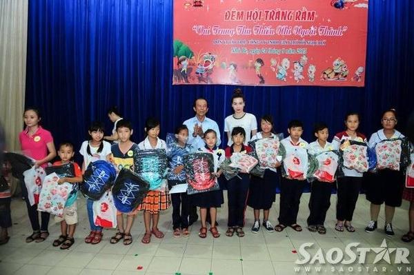 Hồ Ngọc Hà tận tay trao học bổng và quà Trung thu cho các bé.
