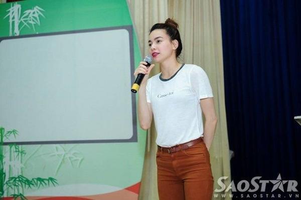Nữ ca sĩ phát biểu trong buổi trao quà.