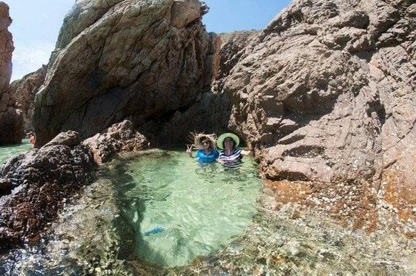 Hồ nước tự nhiên được tạo ra bởi cách vách đá.