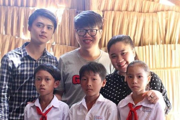 4 thành viên khác của đội Mỹ Tâm là Ngọc Sang, Vân Anh, Bảo Uyên và Thu Thủy cũng cùng tham gia chuyến đi này.