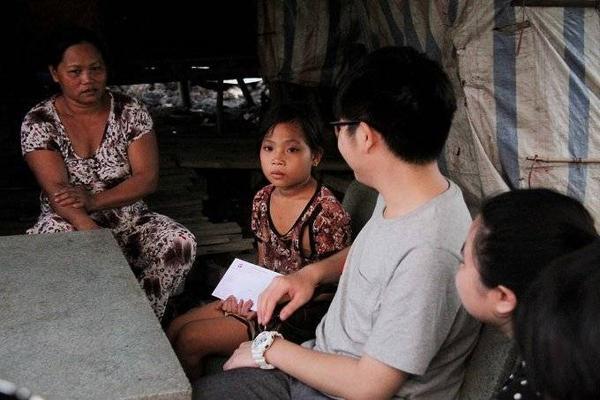 Cả đoàn đến tận nhà một số em học sinh để hiểu hơn về cuộc sống khó khăn của các bé.