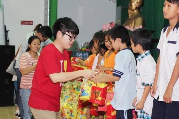 Đức Phúc tận tay trao những món quà nhỏ nhưng ý nghĩa đến các em nhỏ, qua đó mang lại một cái Tết Trung thu vui vẻ, ấm áp hơn.