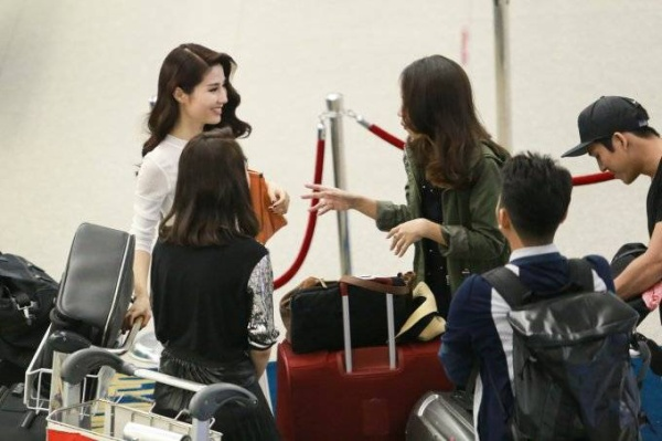 Angela Phương Trinh cũng có mặt tại sân bay ngay sau đó. Cô nhanh chóng làm thủ tục và trò chuyện cùng mọi người.