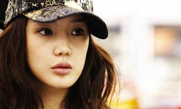 Ngoài Dara, 2NE1 còn có thành viên khác ngoài 30 là Park Bom. Nữ ca sĩ chào đời vào tháng 3/1984, trước Dara và hoạt động trong làng giải trí từ năm 2005. Ban đầu khi được biết đến cùng 2NE1, Park Bom gây ấn tượng nhờ gương mặt bầu bĩnh.