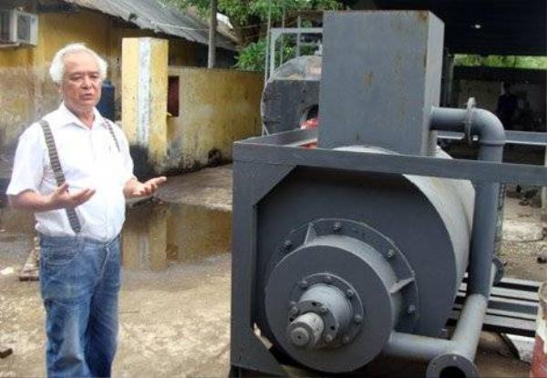 Ông Khánh bên chiếc máy chế biến tinh bột sắn tự động.