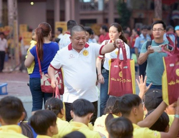 Ông Lê Phước Vũ - Chủ tịch HĐQT Tập đoàn Hoa Sen tặng quà trung thu cho các em nhỏ tại mái ấm