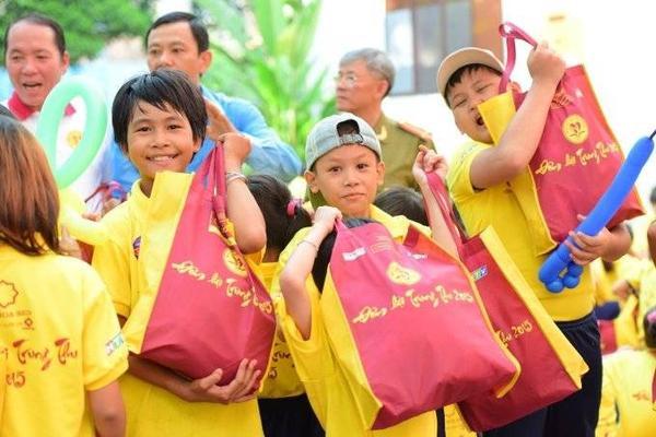 niềm vui của các em nhỏ khi nhận được quà