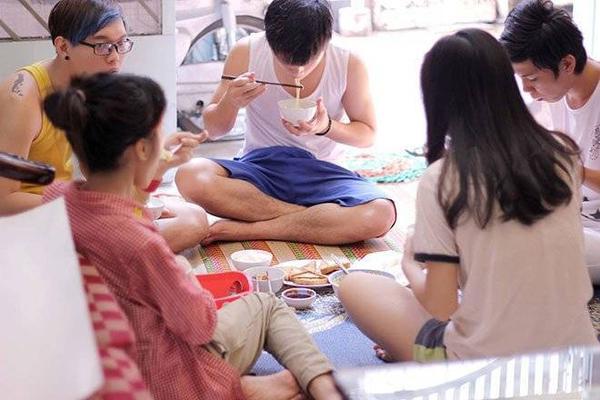 Bữa cơm chung của tình nhóm Open và những người bị bạo hành tại nhà tạm lánh.