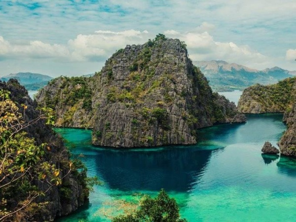 Hồ Kayangan là một trong những điểm đến nổi tiếng của đảo Coron với làn nước trong xanh. Chỉ mất 10 phút để leo đến hồ, bạn sẽ có cơ hội bơi trong một vịnh nhỏ được bao quanh bởi các dãy núi hùng vĩ và bạt ngàn cây xanh.