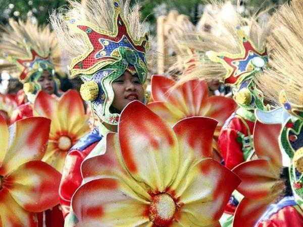 Lễ hội đầy màu sắc Aliwan diễn ra hằng năm tại Manila. Mọi người từ nhiều nền văn hóa khác nhau tụ họp lại và tham gia vào màn diễu hành, cuộc thi sắc đẹp và đua thuyền.