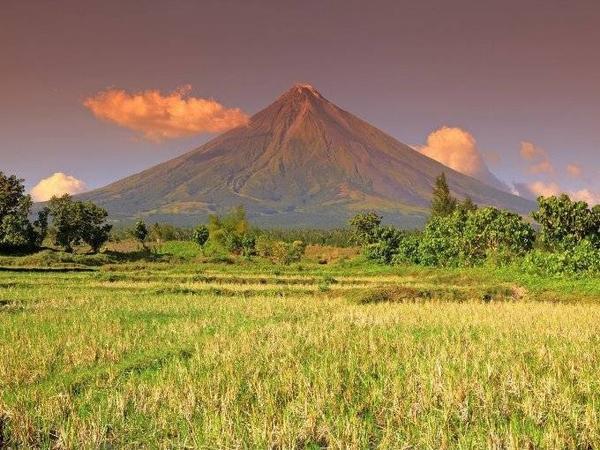 Núi lửa Mayon hay còn được gọi là núi Mayon tọa lạc trên đảo Luzon. Đây là ngọn núi lửa nổi tiếng nhất ở Philippines. Sự đối xứng gần như hoàn hảo khiến núi Mayon xinh đẹp và hấp dẫn trong mắt các du khách.