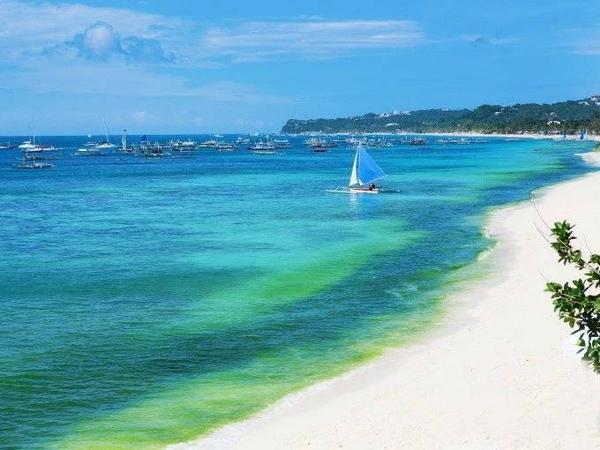 Bãi Trắng và Bãi Yapak là hai niềm tự hào của Boracay và cũng là 2 điểm du lịch nổi tiếng ở Phillipines. Nếu bạn muốn yên tĩnh, tránh xa đám đông thì Boracay là nơi dành cho bạn, với những bãi cát trắng mềm điểm xuyến cùng bãi biển với màu nước trong xanh.