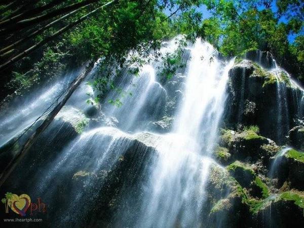 """Thác Tumalog hùng vĩ là điểm đến """"bắt buộc"""" ở thị trấn Oslob, đảo Cebu. Nơi đây rất tự nhiên với làn nước trong chảy trên những phiến đá phủ đầy rêu trong một khu rừng vô cùng yên tĩnh."""