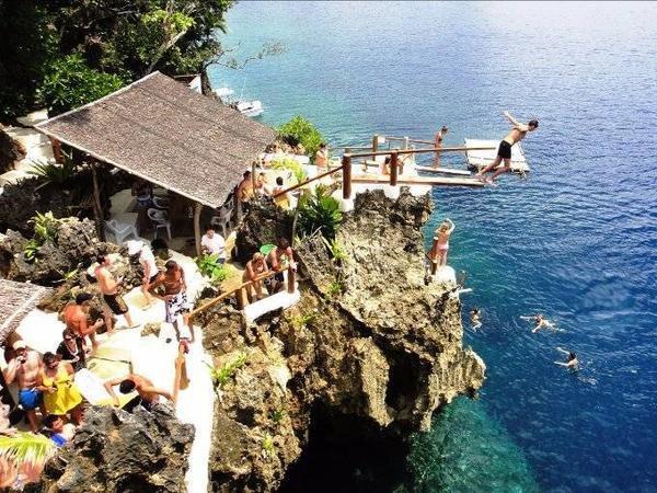 Rất dễ để di chuyển đến Point Ariel bằng tàu, xuất phát từ Boracay. Đây là nơi du khách tự do nhảy vách đá, lặn biển và chèo thuyền kayak.