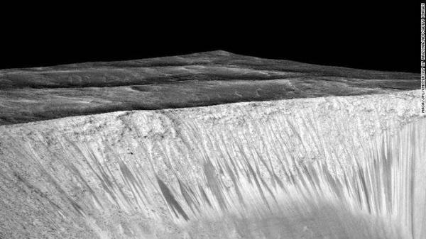 Sườn dốc bị nước xói mòn bên miệng hố Garni trên sao Hỏa